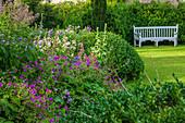 Cottage-Garten mit Bank, Buchs (Buxus), Storchschnabel (Geranium)