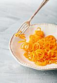 Karottennudeln auf Teller (Low Carb)
