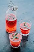 Limonade aus frischen Erdbeeren, Minze und Eis