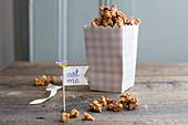 Karamell-Popcorn mit getrockneten Apfelstückchen