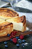 Cheesecake with short crust pastry, sliced