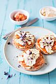 Knäckebrot mit Hummus, Kimchi und gegrilltem Blumenkohl (vegan)