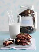 Schokoladenkekse und Milch
