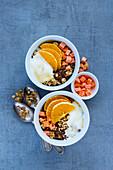 Joghurtmüsli mit Orange, Trockenfrüchten, Nüssen und Samen