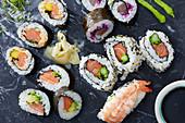 Verschiedene Sushi: Maki, California Rolls und Nigiri-Sushi (Japan)