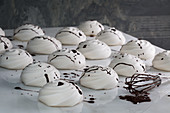 Meringues with chocolate sauce