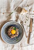Rindertatar mit Eigelb und Brotstück