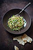 Spaghetti mit Brokkoli-Sonnenblumenkern-Pesto, Erbsen und Hefeflocken (vegan)
