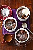 Englischer Pudding aus Hot Cross Buns mit Schokolade und Kirschen