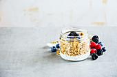 Joghurtmüsli mit Cerealien und Beeren im Glas