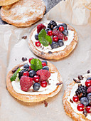 Mini berry pizzas with creamy quark