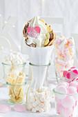 Bubble Waffle mit Frozen Yoghurt, Glücksschwein und weißer Schokolade