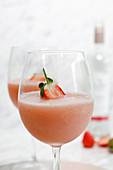 Frosé: Frozen Rosé (gefrorener Drink mit Rosewein und Erdbeeren)