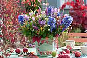 Herbststrauß mit Eisenhut, Gelenkblume und Ehrenpreis