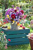 Herbststrauß mit Astern, Zinnien und Fruchtständen vom Pfaffenhütchen