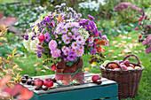 Üppiger Herbst-Strauß mit Astern und Rosen