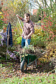 Garten im Herbst aufräumen