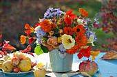 Bunter Herbst-Strauß mit Ringelblumen, Kapuzinerkresse, Rosen und Astern