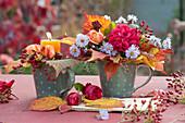 Kleiner Strauß und Kerzen - Dekoration mit Rosen und Herbstlaub