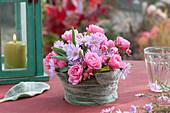 Kleines Gesteck aus Rosen und Astern