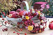 Kranz aus Rosen, Hagebutten und Beeren