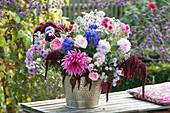 Herbstlicher Strauß aus Dahlien, Rosen, Astern