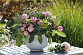 Duftstrauß mit Rosen und Kräutern