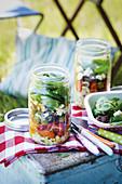 Gemischter Salat mit Ziegenkäse im Glas