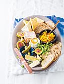 Ploughman's Picknick - Käseplatte mit Chutney und Sauerteigbrot