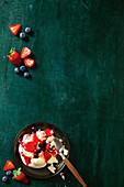 Eifreie Baisers mit Crème double und Fruchtsauce