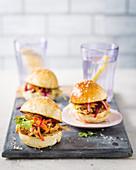 Pulled Pork Sliders mit Möhre, Rote Bete und Eisbergsalat