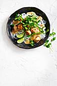 Grünes Curry mit Huhnbällchen und Reisnudeln