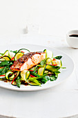 Knuspriger Lachs mit Zucchinisalat