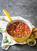 Bohnen in Tomatensauce mit Kräuter-Crostini toskanische Art