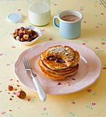 Pancakes mit Schokolade und Haselnüssen