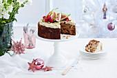 Australischer Weihnachtskuchen, angeschnitten auf Kuchenständer