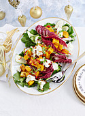 Weihnachtlicher Salat mit Kürbis, Radicchio, Zucchini und Mozzarella