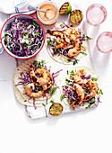 Tortillas mit Garnelen und Kohlsalat