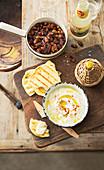 Würzige Kichererbsen-Nuss-Mischung, gegrilltes Fladenbrot und Zitronen-Feta-Dip