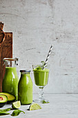 Avocado-Limetten-Smoothie zum Lunch