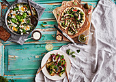 Gesunder Brunch (Shakshuka, Blumenkohlpizza mit Pesto und Feigen, Quorn-Hackbraten)