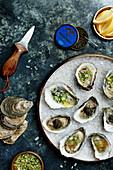 Austern mit Kaviar, Gurkenrelish und Grapefruit-Granita