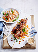 Yakitori-Spieße mit Huhn und Auberginen, dazu Gmüsenudeln