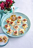 Blätterteig-Canapes mit Brie, Feigen und Honig