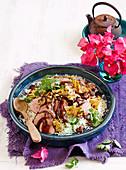 Gegrilltes Schweinefleisch mit Ananas auf Reis