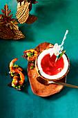Coco loco (Cocktail mit Rum, Kokoswasser, Grenadine und Ananassaft)