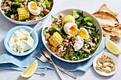 Reis-Linsen-Brunch Bowl mit Gemüse, Mais und weichem Ei