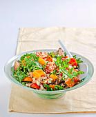 Quinoasalat mit gebratenem Gemüse und Rucola