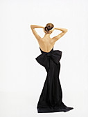 Brünette Frau in langem, rückenfreiem Abendkleid