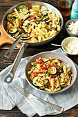 Pasta mit Zucchini, Kirschtomaten und Chili